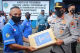 Kapolda Sulut bagikan paket sembako bagi buruh pelabuhan Manado