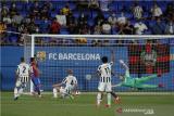 Pemain Barcelona Yusuf Demir (kedua kiri) mencetak gol ke gawang Juventus yang kemudian dianulir dalam laga Joan Gamper Cup di Estadi Johan Cruyff, Barcelona, Spanyol, Minggu (8/8/2021). Barca menang telak 3-0 dalam laga tersebut. ANTARA FOTO/REUTERS/Albert Gea/foc.