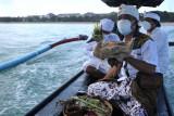 Umat Hindu menyiapkan sesajen dan binatang kurban yang akan ditenggelamkan ke laut saat rangkaian ritual upacara