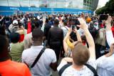 Pendukung berkumpul di luar lapangan PSG karena tak sabar menanti Lionel Messi