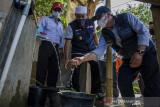 Wakil Gubernur Jawa Barat Uu Ruzhanul Ulum (tengah) melihat kondisi sumber air  warga yang kurang laik di Desa Kertajaya, Garut, Jawa Barat, Rabu (11/8/2021). Wakil Gubernur Jawa Barat memberikan bantuan air bersih dan sembako kepada warga sekaligus akan segera membangun pipa dari sumber air untuk mengalirkan air kepada warga yang terdampak di sekitaran desa tersebut melalui Pemerintah Provinsi Jawa Barat. ANTARA FOTO/Novrian Arbi/agr