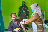 Aparat TNI dampingi warga Asiki Boven Digoel melakukan vaksinasi