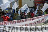 Sejumlah pedagang melakukan aksi mengibarkan bendera putih di depan pusat perbelanjaan Sentra Grosir Cikarang (SGC) di Kabupaten Bekasi, Jawa Barat, Rabu (11/8/2021). Aksi tersebut sebagai protes penutupan pertokoan selama PPKM. ANTARA FOTO/ Fakhri Hermansyah/wsj.