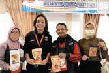 Warga Koto Gadang Anam Koto Agam dilatih mahasiswa kukerta UNRI membuat produk olahan ikan
