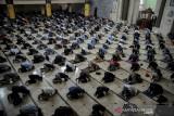 Umat Muslim melaksanakan Salat Jumat di Masjid Raya Bandung, Jawa Barat, Jumat (13/8/2021). DKM Masjid Raya Bandung kembali menggelar Salat Jumat berjamaah setelah ditiadakan sementara sejak penerapan PPKM darurat. ANTARA FOTO/Raisan Al Farisi/agr