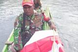 Aparat TNI di Yapen gunakan perahu bagi bendera Merah Putih ke warga Wooi Papua