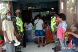 Aparat TNI/Polri di Biak bantu penyaluran BST warga distrik Yendidori