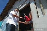 Wali Kota Kendari dan alumnus FEB UHO membagikan sembako ke warga pesisir