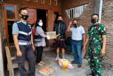 Bhabinkamtibmas Seketeng salurkan bantuan pada warga isolasi mandiri