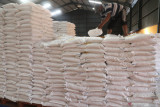 Pekerja menata beras bantuan Pemberlakuan Pembatasan Kegiatan Masyarakat (PPKM) sebelum didistribusikan ke masyarakat di gudang Badan Urusan Logistik (Bulog) subdivre Kediri, Kediri, Jawa Timur, Sabtu (14/8/2021). Bulog subdivre Kediri mendistribusikan sebanyak 54 ton beras bantuan PPKM tahap kedua untuk 54.353 keluarga penerima manfaat masing-masing seberat 10 kilogram. Antara Jatim/Prasetia Fauzani/zk