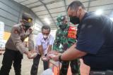 Kepala Bulog subdivre Kediri Mara Kamin Siregar (kanan) melakukan pengecekan kualitas beras bantuan Pemberlakuan Pembatasan Kegiatan Masyarakat (PPKM) sebelum didistribusikan ke masyarakat di gudang Bulog subdivre Kediri, Kediri, Jawa Timur, Sabtu (14/8/2021). Bulog subdivre Kediri mendistribusikan sebanyak 54 ton beras bantuan PPKM tahap kedua untuk 54.353 keluarga penerima manfaat masing-masing seberat 10 kilogram. Antara Jatim/Prasetia Fauzani/zk