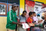 Satgas TNI bagikan kaos Merah Putih untuk warga di perbatasan RI-PNG