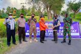 Petugas PPKM di Kapuas berjaga hingga di jalan pintas