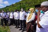 Bupati Buton Selatan serahkan tanah hibah hingga tinjau pelabuhan rakyat di Sampolawa