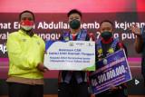 Plt Gubernur Sulsel serahkan bonus kepada lifter Rahmat Erwin Abdullah