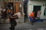 Petugas Satpol PP membawa paket bantuan sembako untuk dibagikan kepada warga di salah satu kampung di kawasan Tambaksari, Surabaya, Jawa Timur, Rabu (18/8/2021). Forkopimda Kota Surabaya menyalurkan 10.000 paket bantuan sembako yang merupakan hasil gotong royong warga Surabaya kepada penerima bantuan untuk meringankan beban ekonomi mereka di masa pandemi COVID-19. Antara Jatim/Didik Suhartono/zk