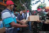 Wali Kota Surabaya Eri Cahyadi (tengah) bersama Komandan Korem 084/Bhaskara Jaya Brigjen TNI Herman Hidayat Eko Atmojo (kanan) menyalurkan paket bantuan sembako kepada warga di Jalan Tambaksari, Surabaya, Jawa Timur, Rabu (18/8/2021). Forkopimda Kota Surabaya menyalurkan 10.000 paket bantuan sembako yang merupakan hasil gotong royong warga Surabaya kepada penerima bantuan untuk meringankan beban ekonomi mereka di masa pandemi COVID-19. Antara Jatim/Didik Suhartono/zk
