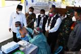 Wali Kota Madiun Maidi (kiri) bersama sejumlah pejabat pemangku kepentingan meninjau vaksinasi massal lintas agama di halaman kampus Universitas Muhammadiyah Madiun, Jawa Timur, Rabu (18/8/2021). Vaksinasi massal untuk masyarakat umum tersebut digelar Kemenkes bekerja sama dengan Madiun COVID-19 Command Center (MCCC) PP Muhammadiyah dalam rangka percepatan vaksinasi guna penanggulangan COVID-19. Antara Jatim/Siswowidodo/zk