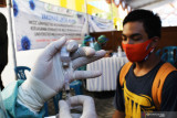 Petugas kesehatan menyiapkan vaksin COVID-19 Sinovac saat vaksinasi massal lintas agama di halaman kampus Universitas Muhammadiyah Madiun, Jawa Timur, Rabu (18/8/2021). Vaksinasi massal untuk masyarakat umum tersebut digelar Kemenkes bekerja sama dengan Muhammadiiyah COVID-19 Command Center (MCCC) PP Muhammadiyah dalam rangka percepatan vaksinasi guna penanggulangan COVID-19. Antara Jatim/Siswowidodo/zk