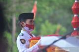 Anggota Paskibra yang menjalankan tugas membawa bendera merah putih saat upacara penurunan bendera HUT Kemerdekaan RI. (ANTARA/Susanti Sako)
