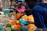 Ibu-ibu di Makassar borong peralatan dapur pada tradisi 10 Muharram