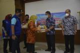Bupati Sleman menyerahkan bantuan paket buah lokal bagi warga isoman