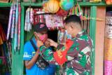 Aparat TNI bagi masker untuk warga Supiori Papua cegah COVID-19