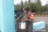Aparat TNI bersama warga Nabire pengecatan gapura