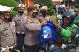 Satlantas Polresta Bandar Lampung bagikan sembako