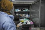 Petugas mengolah limbah masker untuk dijadikan biji plastik di Laboratorium Lembaga Ilmu Pengetahuan Indonesia (LIPI) di Cisitu, Bandung, Jawa Barat, Kamis (19/8/2021). Loka Penelitian Teknologi Bersih (LPTB) LIPI menawarkan teknologi daur ulang limbah masker sekali pakai agar tidak menimbulkan timbunan sampah yang berbahaya bagi lingkungan yang nantinya dapat dimanfaatkan oleh masyarakatt. ANTARA FOTO/Raisan Al Farisi/agr