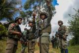 Sejumlah personel Polri dan TNI yang tergabung dalam Satgas Madago Raya berkoordinasi saat melakukan patroli di pergunungan Manggalapi, Sigi, Sulawesi Tengah, Senin (16/8/2021). Pasca ditembakmatinya tiga orang anggota DPO Teroris Poso pada Juli 2021 lalu, operasi keamanan bersandi Madago Raya yang kini memasuki tahap III itu terus memburu enam orang sisa DPO lainnya yang masih bersembunyi di pegunungan di tiga wilayah yakni Poso, Sigi, dan Parigi Moutong. ANTARA FOTO/Rangga Musabar/bmz/foc.