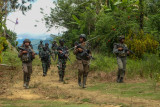 Sejumlah personel Polri dan TNI yang tergabung dalam Satgas Madago Raya melakukan patroli di pegunungan Manggalapi, Sigi, Sulawesi Tengah, Senin (16/8/2021). Pasca ditembakmatinya tiga orang anggota DPO Teroris Poso pada Juli 2021 lalu, operasi keamanan bersandi Madago Raya yang kini memasuki tahap III itu terus memburu enam orang sisa DPO lainnya yang masih bersembunyi di pegunungan di tiga wilayah yakni Poso, Sigi, dan Parigi Moutong. ANTARA FOTO/Rangga Musabar/bmz/foc.
