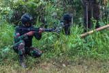 Sejumlah prajurit TNI yang tergabung dalam Satgas Madago Raya melakukan patroli di pergunungan Manggalapi, Sigi, Sulawesi Tengah, Senin (16/8/2021). Pasca ditembakmatinya tiga orang anggota DPO Teroris Poso pada Juli 2021 lalu, operasi keamanan bersandi Madago Raya yang kini memasuki tahap III itu terus memburu enam orang sisa DPO lainnya yang masih bersembunyi di pegunungan di tiga wilayah yakni Poso, Sigi, dan Parigi Moutong. ANTARA FOTO/Rangga Musabar/bmz/foc.