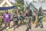 Satgas TNI Yonif 512 bagi masker untuk warga perbatasan cegah COVID-19