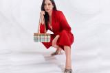 Aktris Elvira Devinamira dengan gaya