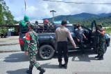Aparat TNI/Polri lakukan penyekatan di jalan trans Nabire-Enaro cegah COVID-19