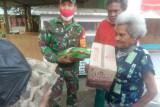 Aparat TNI beri bantuan sembako warga Nafri Jayapura di masa pandemi