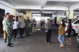 TNI-Polri di Sidoarjo percepat pemindahan warga isoman ke isoter