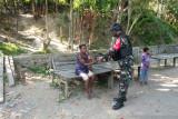 Satgas TNI Yonif 512 bagikan sembako untuk warga di perbatasan RI-Papua Nugini