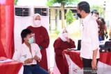 Presiden Joko Widodo mengawali kunjungan kerja di Provinsi Kalimantan Timur meninjau pelaksanaan vaksinasi bagi pelajar di SMPN 22 Samarinda, Kalimantan Timur, pada Selasa, 24 Agustus 2021. Saat itu beliau menyempatkan diri berdialog dengan pelajar yang baru selesai divaksin oleh petugas (vaksinator)  Penyuntikkan dosis pertama vaksin Sinovac bagi pelajar di Kota Samarinda diikuti sebanyak 1.053 peserta secara bertahap. Secara keseluruhan, total vaksin yang akan disuntikkan bagi masyarakat di Provinsi Kalimantan Timur pada hari ini sebanyak lebih kurang 24 ribu dosis vaksin.(Foto Antaranews Kaltim/HO/ Lukas - Biro Pers Sekretariat Presiden)