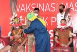 Presiden Joko Widodo mengawali kunjungan kerja di Provinsi Kalimantan Timur dengan meninjau pelaksanaan vaksinasi bagi pelajar di SMPN 22 Samarinda, Kalimantan Timur, pada Selasa, 24 Agustus 2021.Penyuntikkan dosis pertama vaksin Sinovac bagi pelajar di Kota Samarinda diikuti sebanyak 1.053 peserta secara bertahap. Secara keseluruhan, total vaksin yang akan disuntikkan bagi masyarakat di Provinsi Kalimantan Timur pada hari ini sebanyak lebih kurang 24 ribu dosis vaksin.(Foto ANTARA News Kaltim/HO/Lukas - Biro Pers Sekretariat Presiden)