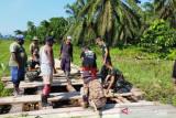 Satgas TNI bersama warga perbaiki jembatan di wilayah perbatasan RI-PNG