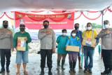 Polda Sulut berbagi kasih dengan warga di TPA Sumompo Manado