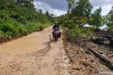 Poros jalan perbatasan Kabupaten Buton -Buton Utara rusak berat