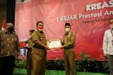 Bupati Parosil menerima penghargaan satu rekening satu pelajar dari Gubernur Lampung