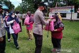 Bantuan dari alumni Akpol 2000 ini disalurkan Kapolres Agam pada warga terdampak COVID-19