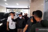 Muhammad Kece tiba di Bareskrim Polri mengucapkan salam sadar