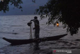 Nelayan Jala Danau Singkarak
