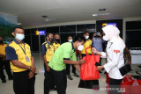 Anggota DPD RI Rabia bantu porter Bandara Haluoleo terdampak PPKM