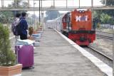Masinis kereta api terluka dilempari batu di Lahat